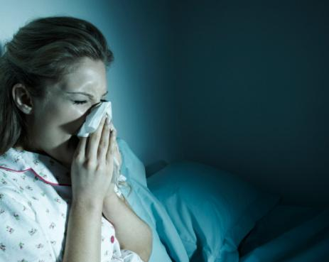 5- Grip nasıl bulaşır?  Hasta kişilerin öksürük aksırıkları ile grip virusları damlacıklar halinde ortam havasına saçılır.  Bu damlacıklar hasta kişinin 1,5 m. kadar uzağına ulaşabilirler.  Bu mesafedeki havanın solunması ile sağlam kişiler virusları alabilirler.   Ortama saçılan damlacıklar çevredeki eşyaları kontamine ederler. Ayrıca hasta elleri ile de kullandığı ve tuttuğu cisimleri, eşyaları kontamine edebilir, kirletebilir. Bu tür eşyalara dokunulması, bu eşyaların kullanılması durumunda sağlam kişiler enfeksiyon etkenini alabilirler. 1-3 günlük bir kuluçka süresi sonunda hastalık belirtileri ortaya çıkmaya başlar.