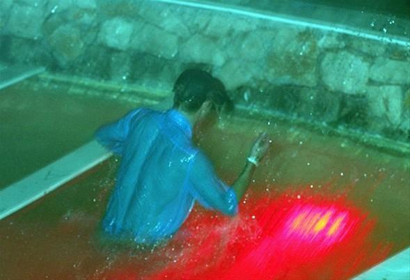 Kıyafetlerini çıkarmadan havuza dalan Prens Harry çıplak ayakla gürültülü müzik eşliğinde dans etti.