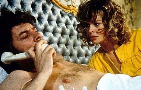 """Hollywood, 1970'lerde bir seks sahnesiyle sarsılmış ve oyuncuların gerçekten seviştiği iddiaları ortayalığı kasıp kavurmuştu.   Ancak yeni yayımlanacak kitapta, 1973 yapımı """"Don't Look Now"""" adlı filmin meşhur sahnesiyle ilgili Hollywood dedikodularının tamamen doğru olduğu belirtiliyor."""