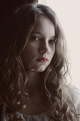 2006 yılında yayınlanmaya başlayan İki Aile'de rol almaya başladığı sırada henüz 16 yaşında bir genç kızdı.   Aradan tam 5 yıl geçti ve o küçük kız büyüyüp bir diziye başrol oyuncusu oldu.   Kim mi bu genç oyuncu...