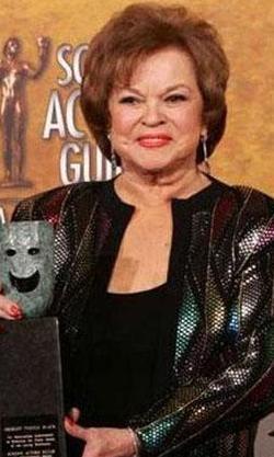 BUKLELERİ VE MAVİ GÖZLERİYLE KALPLERİ FETHETTİ   Bugün 83 yaşında olan Shirley Temple, sinemanın ilk çocuk yıldızlarından.