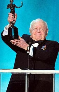 Hollywood'un efsane aktörlerinden Mickey Rooney de kariyerine çocuk yıldız olarak başladı.