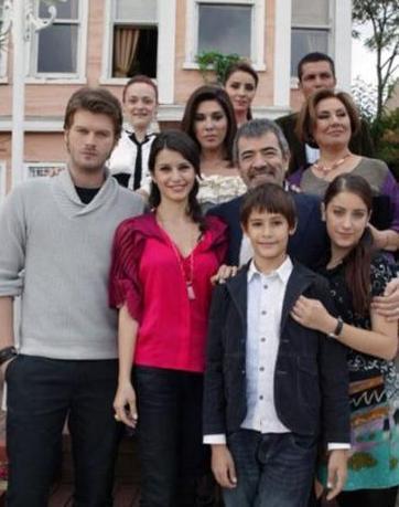 Dizinin ilk bölümlerinde küçücük bir çocukken iki sezon boyunca görünümü de değişti..