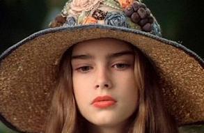Brooke Shields henüz 13 yaşındayken Pretty Baby filmi için kamera karşısına geçti.