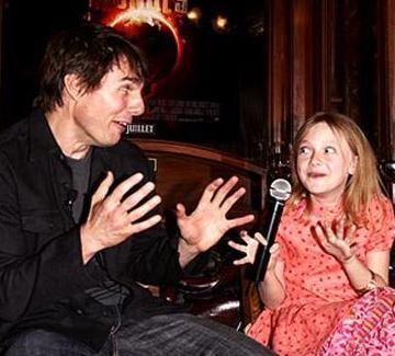 Fanning daha bir- iki yıl öncesine kadar çocuk rolleriyle kamera karşısına geçiyordu. Dünyalar Savaşı filmindeki rol arkadaşı da Tom Cruise'du...