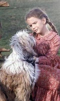 Köpeğiyle oynayan bu sevimli küçük kız yaşı 35 ya da 40'ın üzerinde olanların çocukluk kahramanlarından Laura Inglass.