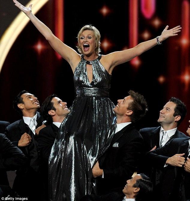 Glee dizisine renk katan oyuncularda Jane Lynch, yaptığı sahne şovu ve esprileriyle izleyenleri kahkahaya boğdu.