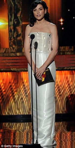 Julianna Margulies  Armani Prive giyiyordu.