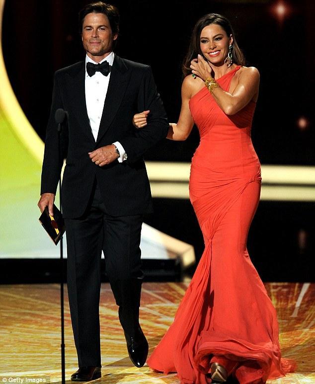 Sofia Vergara, ödül vermek için Rob Lowe ile birlikte sahneye çıktı. İkilinin gecenin en güzel görünen çifti olduğu da bir gerçek.