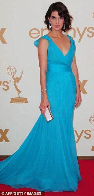 How I Met Your Mother dizisinin yıldızı Cobie Smulders turkuaz bir Oscar de la Renta ile kırmızı halıda yürüdü.