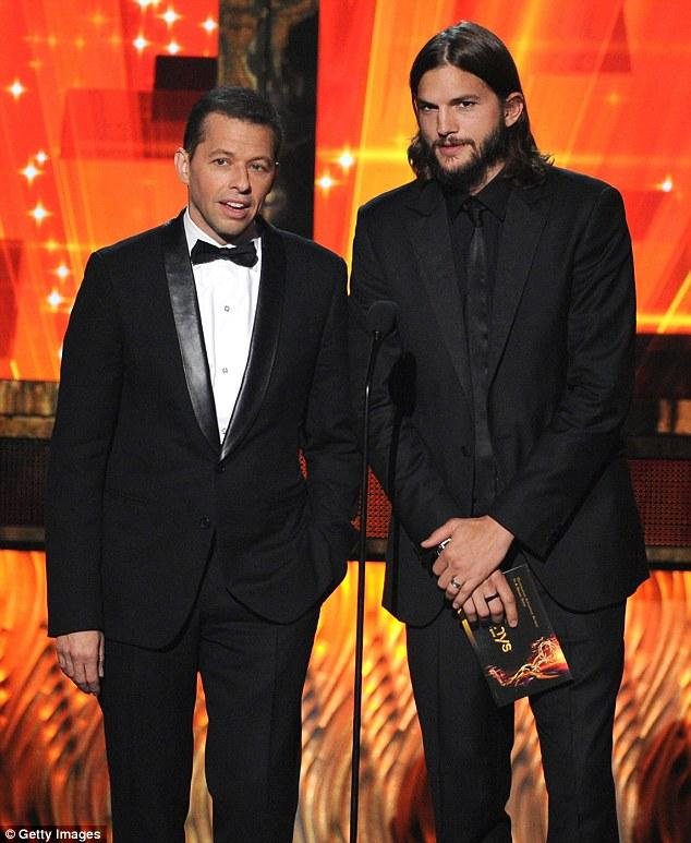 Two and a Half Man dizisinin iki başrol oyuncusu Ashton Kutcher ve Jon Cryer