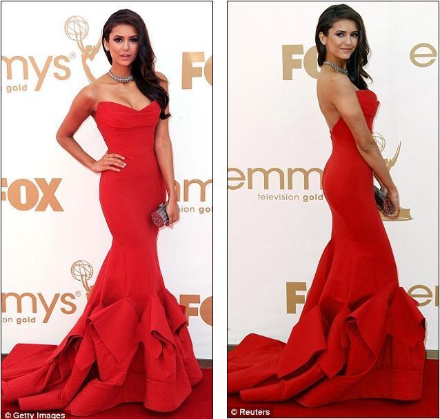 Ve Donna Karan elbisesi ile gecenin en şık ikinci kadını Nina Dobrev. Elbisesi o kadar dar ki, sanki üzerine spreyle boyanmış gibi görünüyor, yine de kusursuz vücuduyla genç oyuncu bu kırmızı elbiseyi çok iyi taşıyor. Ayrıca straplez elbise uzun zamandır gördüğüm en iyi göğüs dekoltesine sahip. Sırta doğru açılan V şeklindeki dekolte ise mükemmel. Elbisenin en büyük artısı ise sadelikten kurtaran etek kısmı. Kat kat dikilen kumaşlar hem elbiseye hareket katmış, hem de Nina'nın proporsiyonunun çok düzgün görünmesini sağlamış. Takılara gelecek olursak, bu kadar iddialı renk ve modelde bir elbise abartılı takıyı kaldırmaz. O yüzden  Dobrev küçük küpeler ve sade bir kolyeyle en doğru seçimi yapmış.