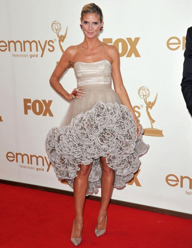 Heidi Klum adım attığı her yerde en şık isimlerden biri olmayı daima başarıyor. Emmy Ödülleri için seçtiği bu Christian Siriano tuvaleti biraz riskli buldum ama çok beğendim. Başka birinin üzerinde oldukça basit durabilecek bu tuvalet, Heidi'nin üzerinde çok zarif görünüyor. Yani lise mezuniyet balosu kostümü gibi durmuyor. Asimetrik kesim fırfırlı etekler ve eteğin üzerini kaplayan tüller çok şık. Heidi bu elbisenin altına giyilebilecek en güzel ayakkabıyı da alıp giymiş.