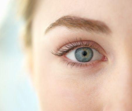 Dünyagöz  Etiler Hastanesi'nden Prof.Dr. Can Üstündağ göz sağlığı konusunda doğru bilinen yanlışları sıraladı.  Yanlış: Gözlük veya kontakt lens takmak, gözlük kusurunun ilerlemesini önler.  Doğru:Gözlük veya kontakt lens takmanın ya da takmamanın gözlük kusurunun ilerlemesi üzerinde herhangi bir etkisi yoktur. Gözlük veya kontakt lens kullanmanın tek amacı daha iyi bir görme kalitesi sağlamaktır.