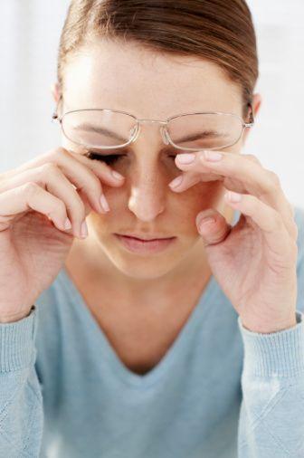 Yanlış: Dinlendirici gözlük  baş ve göz ağrısını azaltır.   Doğru: Dinlendirici diye bir gözlük yoktur. Gözlük rakamlarla ifade edilen değerlere sahiptir ve takıldığı zaman görmeyi daha iyi yapıyor ise kullanılmalıdır.Yaygın olarak kullanılan ve dinlendirici olarak bilinen gözlüklerin herhangi bir tedavi edici özelliği yoktur.