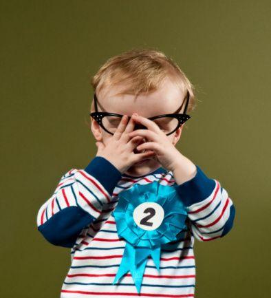 Yanlış: Bebekler gözlük takamaz.  Doğru: Göz muayenesi doğuştan itibaren yapılabilir. 3 aylıktan itibaren bebekler gözlük takabilir.