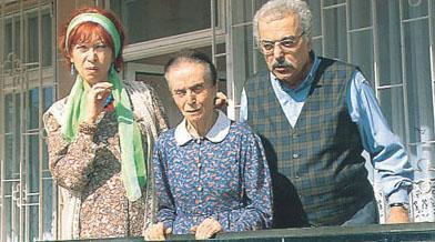 Dizi ilk kez 1989 yılında TRT ekranlarında seyirciyle buluştu. İlk kadroda dizinin ana kahramanları olan aileyi Erdal Özyağcılar, Ayşe Kökçü, Bensu Orhunöz ve Atılal Uluışık oynuyordu.   Cihat Tamer de Özyağcılar'ın canlandırdığı karakterin ağabeyi rolündeydi. Ancak ilerleyen bölümlerde Tamer ayrıldı yerine Engin Şenkan geldi.