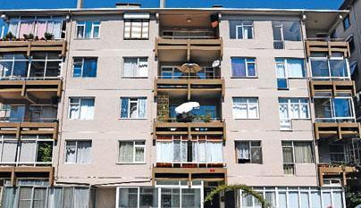 Nazan, Şükrü, Ali ve Bilge renkli komşularıyla birlikte bu apartmanda oturuyordu.   Oyuncuların bazıları çokan aramızdan ayrıldı ama Bizimkiler hala milyonlarca seyircinin hafızasındaki yerini koruyor.
