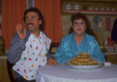 Türk yerli dizi sektörünün bir dönemine öncülük eden dizi 1986 ile 88 yılları arasında yayınlandı.
