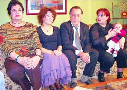 Beyhan Saran, Meral Niron, Emel Göksü, Ayşenil Şamlıoğlu, Hülya Gülşen Irmak, İpek Çeken gibi Ferhunde Hanımlar dizisinde de rol alan kalabalık bir kadro kamera karşısına geçti dizi için.