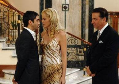 Hatta bir ara Sharon Stone ve Andy Garcia gibi Hollywood'un dev yıldızlarını da konuk etti. Kurtlar Vadisi yeni bölümleriyle hala yayınlanıyor.