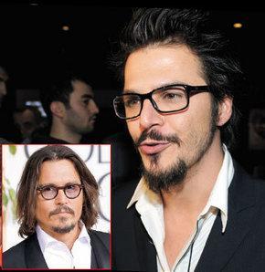 Ünlüler kimi zaman yüz hatlarıyla kimi zaman da yarattıkları tarzla birbirlerine sanki kopyalanmış kadar benziyorlar. İşte benzerlikleriyle şaşırtan ünlüler   Johnny Depp- Mehmet Günsür