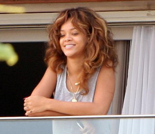 23 yaşındaki Barbados'lu şarkıcı Rihanna Brezilya'daki kaldığı otelde hayranlarını balkondan böyle selamladı.