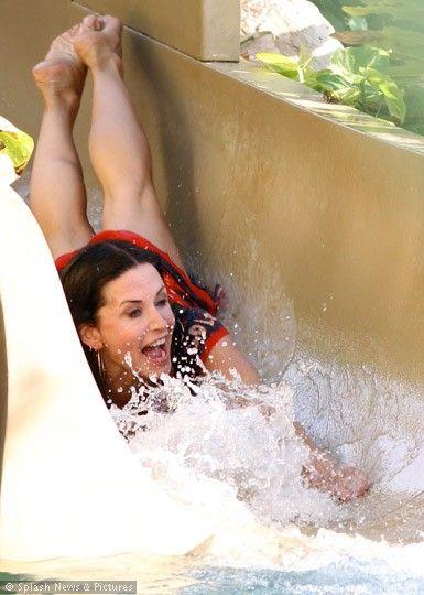 Aktör Josh Hopkins ile birlikte rol aldığı havuz sahnelerinin çekimlerinde çocuklar gibi neşeli olan Cox'un göğüslerinin dolgunlaştıı da gözlerden kaçmadı.