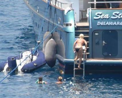 Daha sonra da denize girdiler. Sayan ve Barış aldıkları tüm önlemlere rağmen gazetecilerin takibinden kurtulamadı.