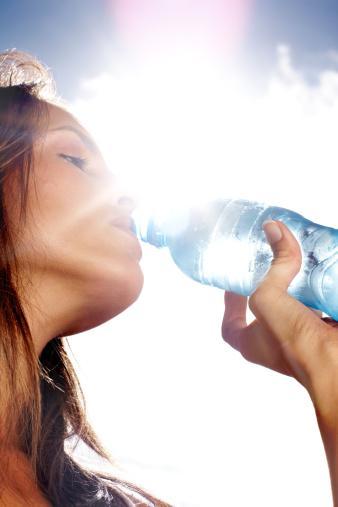 Bol su içmek selülit oluşumunu önler mi?  Bol su içmek,  yaklaşık günde 2 litre kadar, toksik maddelerin çabuk bir şekilde idrar yolu ile vücudumuzdan atılmasını sağladığı için, ayrıca tuz moleküllerinin depolanmasını önleyerek, beraberinde ödem oluşumuna da önlediği için selülitle mücadele konusunda çok önemlidir.