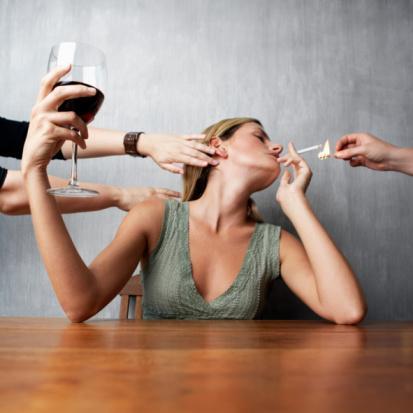 Alkol ve sigara kullanımı ile selülit oluşumu arasında bir bağ var mıdır?  Alkol özellikle bira, şarap, viski, şampanya gibi içecekler içerdikleri kalori oranları açısından doğrudan olmasa da dolaylı olarak selülite zemin hazırlarlar. Ayrıca bu tür içkilerin beraberinde yenen gıdaları da göz ardı etmemek ve alkolün de yağa dönüştüğünü unutmamak gerekir. Sigara kullanımı ise pek çok konuda olduğu gibi bu konuda da ciddi derecede olumsuz etki yaratır. Aşırı derecede sigara içmek vücuttaki oksijen oranını azaltacağı için dolaşım problemlerine neden olur ki bu da selülitin en önemli nedenlerinden biridir.