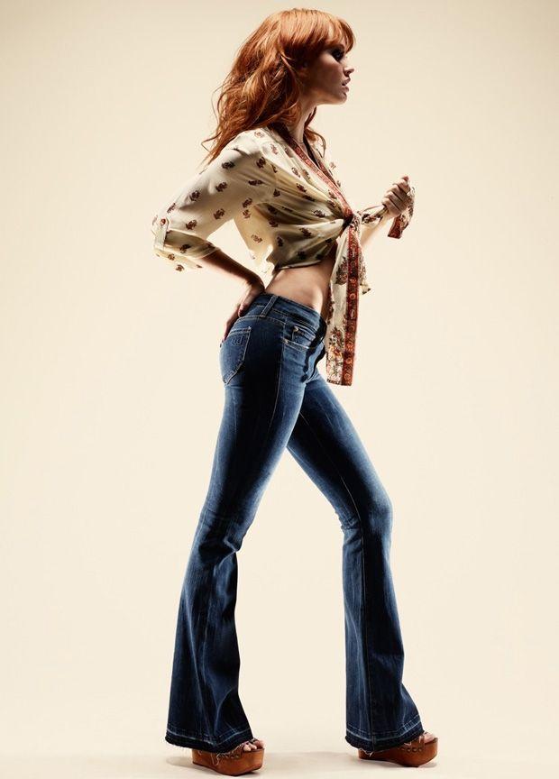 Armut: Armut tipi vücuda sahip olanların üst bölgesi dar ve ince, alt bölgesi ile geniş ve kalındır. Küçük göğüslere, incecik bir bele, belirgin bel kıvrımlarına, geniş kalça ve basenlere sahiptirler.   Eğer siz de bir armutsanız, boru paça ve koyu renk pantolonlar tam sizlik. Kesinlikle kaçınmanız gereken modeller ise havuç pantolonlar ve renkli ya da desenli pantolonlar. Renk ve desen doğal olarak dikkati toplayacağından bunu alt değil üst bölgenize saklamanızı öneririm. Mesela koyu renk boru paça bir jean üzerine cıvıl cıvıl renk ve desenlerle dolu bir bluz veya büyük kolyeler, küpeler ile dikkati üst bölgeye yoğunlaştırın. Ayrıca yüksek bel de kalçayı daha geniş gösterdiğinden, düşük bel pantolonları tercih edin.    En büyük kurtarıcınız olan topuklu ayakkabıları da atlamayın. Pantolonunuzun altına mümkünse topuklu ayakkabı giyin, böylelikle bacaklarınız daha uzun ve ince, kalçanız da daha kalkık görünsün.  Alışveriş Cini