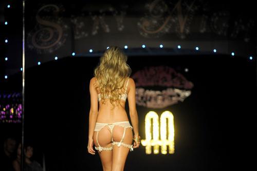 """Kolombiyalı iç giyim markası """"Besame""""in defilesi """"dolgun hatlı"""" mankenleri buluşturdu."""