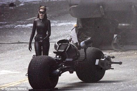 Anne Hathaway mükemmel vücudu ile deri kostümünün içinde harika görünüyor. Bu film için hazırlanan kostümün, diğer filmlere göre çok daha kapalı olduğu göze çarpıyor.
