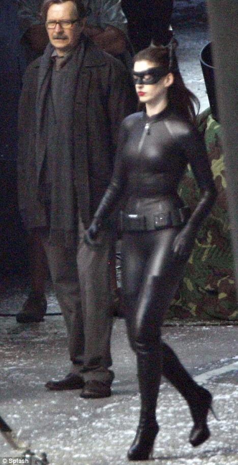 Yeni çekilen Batman filmi The Dark Knight Rises için kedi kadın olarak kamera karşısına geçen Anne Hathaway'in kostümü çok merak ediliyordu. Daha önce Halle Berry ve Michelle Phifer'ın oynadığı bu rol için, Anne Hathaway'in nasıl görüneceği merak konusuydu.