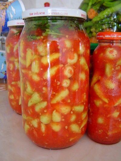 Domatesli acı biber turşusu  Gerekli malzemeler:  1 kg salçalık domates    2 kg sivri biber   15 diş sarımsak  6 yemek kaşığı kaya tuzu  1 su bardağı sirke    1 demet maydanoz  Hazırlanışı:  Domateslerin kabuklarını soyup rendeleyin. Biberlerin çekirdeklerini temizleyip saplarını kesin. Sarımsakları ince kıyıp biberlerle birlikte rendelediğiniz domateslere ilave edin. Tuz ve sirkeyi ekleyip harmanlayın. Kavanoza aktarın. Maydanozu yıkayıp hafif kurulayın. Elinizle kopartıp kavanozun en üstüne yerleştirin. Kavanozun kapağını sıkıca kapatın. Bir hafta sonra suyunu kontrol edin. Gerekirse su ilavesi yapın. Buzdolabında muhafaza edin.  Domates salçası nasıl yapılır?  5 kilo domatesi yıkayıp, kabuklarını soyduktan sonra küp doğrayın. Büyük bir bez torbaya aktarıp, 2 gün süresince süzülmesini bekleyin. Mutfak robotuna alıp 2 yemek kaşığı kaya tuzu ilave ederek karıştırın Geniş bir tepsiye yayıp üzerini temiz bir tülbentle örtün. Suyunu tamamen çekinceye kadar yaklaşık 4 gün güneşte bekletin. Kavanoza alıp üzerini zeytinyağı ile kaplayın. Kapağını sıkıca kapatın.