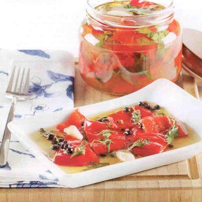 Kırmızıbiber Turşusu:  Gerekli malzemeler:  2 kg salçalık kırmızıbiber   2 yemek kaşığı toz şeker  1 litre üzüm sirkesi  Yarım su bardağı ayçiçek yağı   8-10 diş sarımsak  2 defne yaprağı  Yarım demet maydanoz   1 su bardağı su   Kaya tuzu, tane karabiber  Hazırlanışı: Toz şeker, sirke, su ve ayçiçek yağını tencerede kaynatın. Kırmızıbiberlerin çekirdeklerini çıkarıp kalın dilimleyin. Tencereye aktarıp 5 dakika daha pişirin Kavanozlara paylaştırın. Üzerine maydanoz, defne yaprağı, tane karabiber, kaya tuzu ve sarımsakları ekleyin. Kavanozun kapağını sıkıca kapatın. Soğuduktan sonra buzdolabında muhafaza edin.  Kışlık Domates nasıl hazırlanır?  Domates artık dört mevsim tezgahlarda bulunsa da, en güzel zamanı Ağustos ile Eylül ayları arasıdır. Domatesi saklamanın en pratik yolu, orta boy domatesleri yıkayıp kağıt havlu ile kurulayın. Geniş bir tepsiye birbirine değmeyecek şekilde dizin. Tepsiyi 24 saat süresince derin dondurucuda bekletin. Buzdolabı poşetlerine alıp ağızlarını sıkıca kapatın Kullanacağınız zaman buzdolabından alıp oda sıcaklığında bekletin ya da birkaç dakika kaynar suda bekletin.