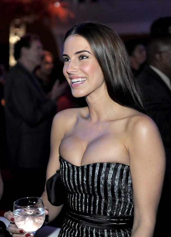 Jessica Lowndes, dekolte kısmı küçük gelen bir elbiseyle katıldığı tanıtımda tüm bakışların odak noktası olmuştu.