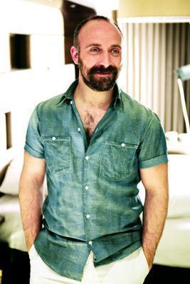 Ergenç'in babası Mehmet Sait Ergenç de kuşağının tanınmış bebteci ve oyuncularından biriydi.