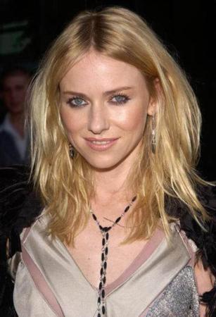 Naomi Watts İngiltere'de doğdu Avustralya'da büyüdü.