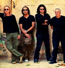 Zaman zaman kadrosundaki isimler değişse de Bulutsuzluk Özlemi ilk albümünü çıkardığı 1986 yılından bu yana müzikseverlerin gözdesi.