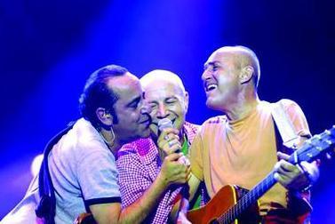 Üçlü olarak ilk albümleri Ele Güne Karşı 1984'te çıktı. Grup, iki kez Türkiye'yi Eurovision Şarkı Yarışması'nda temsil etti.
