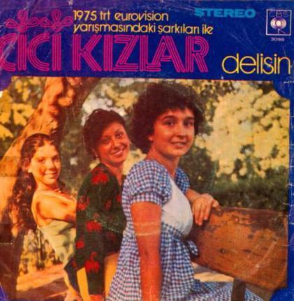 Bilgen Bengü, Şebnem Aksu ve Birnur Bilginoğlu'dan oluşan grup 1975 yılında Delisin adlı şarkıyla Türkiye Eurovision elemelerinde dikkat çekti. Ancak o yıl yarışmada ülkemizi Semiha Yankı temsil etti.