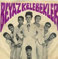 Kabataş Lisesi'nde okuyan 5 gençten kurulan grup 1970 yılında bir turneye giderken geçirdiği kaza sonucu üç üyesini yitirdi. Son olarak 1980'de İzmir Fuarı'nda sahne aldılar.