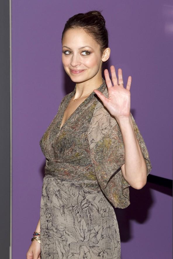 Nicole Camille Escovedo ünlü şarkıcı Lionell Ritchie onu evlat edinince Nicole Ritchie oldu.