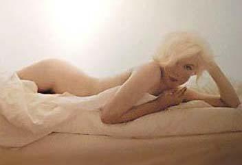 Monroe'nun ölümünden kısa bir süre önce Bert Stern'e verdiği bu pozları geçen yıl Lohan da tekrarlamıştı. İşte Monroe'nun orijinal pozları ve Lohan'ın objektif karşısına geçtiği tekrarlar.