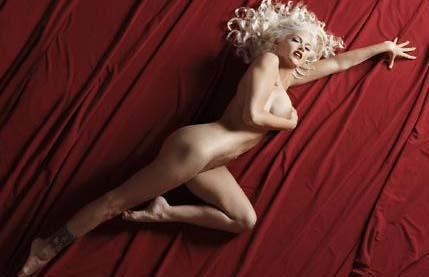 Anna Nicole Smith bu pozu da tekrarladı.