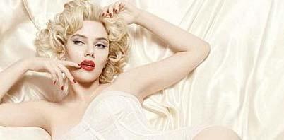 Scarlett Johansson, İnci Küpeli Kız filmiyle parladığından bu yana hep beyazperdenin efsane yıldızı Marilyn Monroe'ya benzetildi.   Hatta onun tahtına oturmaya aday tek ismin Johansson olduğu söylendi. Güzel yıldızın görev aldığı Dolce and Gabbana kozmetik reklamı da bu yargıyı bir kez daha destekler nitelikteydi.   Monroe benzeri saç şekli ve maklajıyla firmanın ürünleri için objektif karşısına geçen Johansson, efsane yıldıza şaşılacak kadar benziyordu.