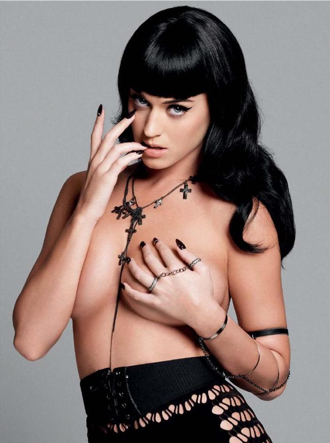 """Katy Perry Popun prensesi, 25 yaşındaki Katy, eski nişanlısı Lothario Russell Brand'i evcilleştirdiğini söylüyor. Mesela ilk dışarıda buluşmalarından sonra hemen yatağa atlamadıklarını anlatıyor Katy.   """"Her istediğini istediği anda yapmaya alışmış birinin nasıl berbat hissettiğini düşünebiliyor musunuz?"""" diyor Esquire dergisine verdiği son röportajında.   Katy, Russell'a dışarıda buluşma için ısrar etmiş ve romansları orada başlamış. Anlayacağınız Katy, yatak konusunda nazlananlardan."""