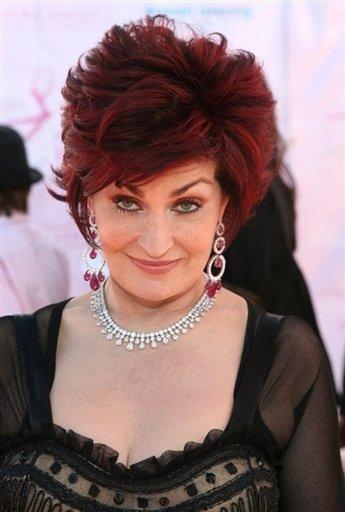 """Sharon Osbourne Gösteri dünyasının kraliçesi, 57 yaşındaki Sharon, eşi Ozzy Osbourne'la seks hayatlarıyla ilgili cesur açıklamalarda bulunuyor.   """"Seks hayatımızı pek çok seks oyuncağıyla tatlandırıyoruz"""" diyor. Detayına gelince, çikolata sosunu mutlaka sevişmelerine dahil ettiklerini açıklıyor."""